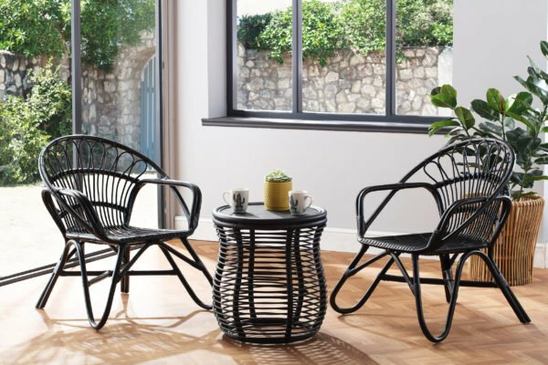 2 black nordic chairs and roya llamp table lifestyle